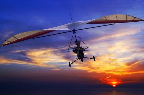 Repülj a felhők felett motoros sárkányrepülővel!