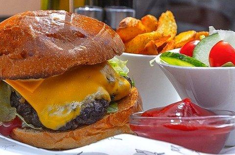 Organikus szürkemarha sajtburger steakburgonyával