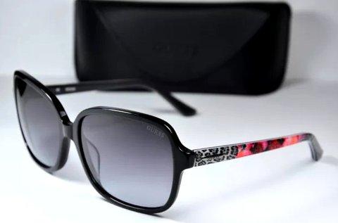 Guess női napszemüveg csillogó fekete színben