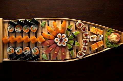 52 db-os Best Of Sushi kóstolóhajó miso levessel