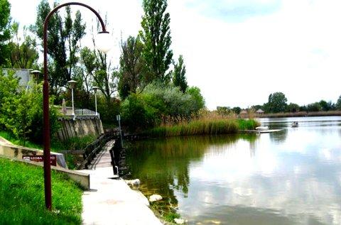 Hangulatos kikapcsolódás a Szelidi-tó partján