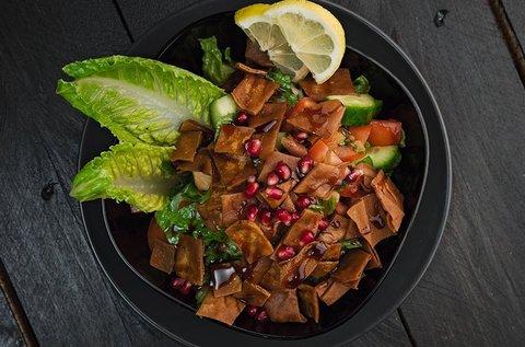 Libanoni csirke grilltál 2 főnek fattoush salátával