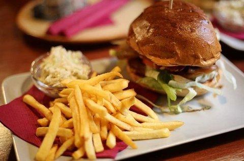 Grill és burger lakoma 2 főnek 1 üveg borral
