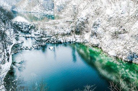Téli kiruccanás a lenyűgöző Plitvicei-tavakhoz