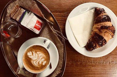 Olasz reggeli croissant-nal és finom kávéval