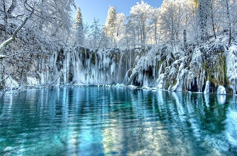 Buszos kiruccanás a hófedte Plitvicei-tavakhoz