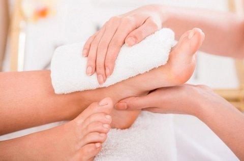 Gyógypedikűr ápoló pakolással, lábmasszázzsal
