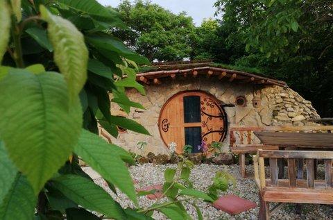 Pihenjetek egy igazi hobbit házban Ürömön!