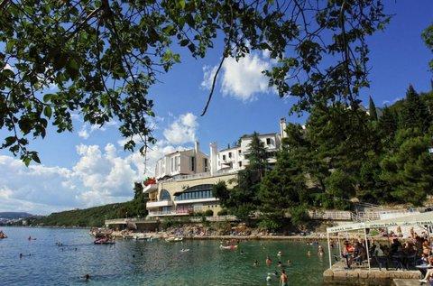 Napfényfürdő a horvát tengerparton, Kraljevicán
