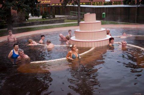 Stresszoldó fürdőzés kora őszig Gyulán, hétvégén is