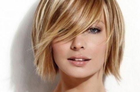 Trendi frizura hajvágással, melírral vagy festéssel