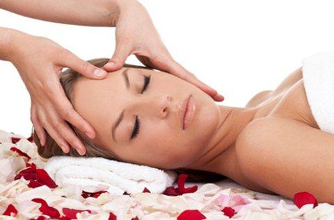 Aromaterápiás masszázs nyakon és arcon