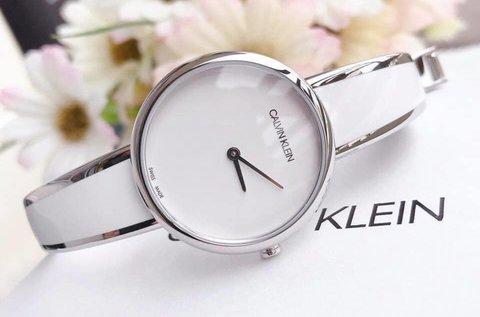 Calvin Klein elegáns női karóra fehér színben