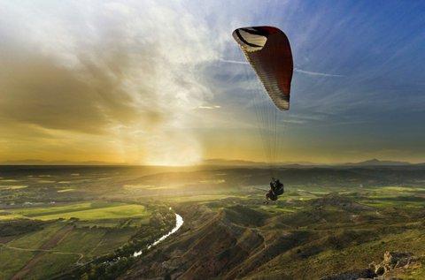 Tandem siklóernyőzés adrenalinfüggőknek