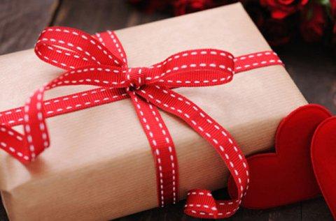 Valentin-napi csomag csokoládés finomságokkal