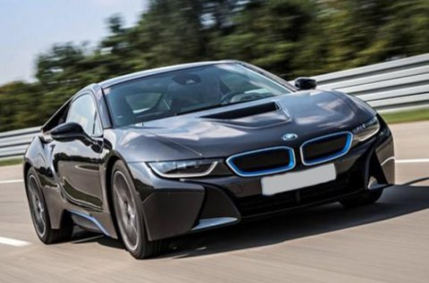 Száguldj forgalomban egy  BMW i8 sportautóval!