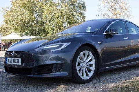1,5 órás városi vezetés Tesla sportautóval