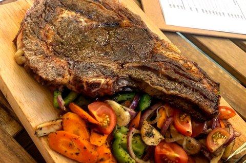 T-bone steak vagy BBQ hátszín 2 főnek pálinkával
