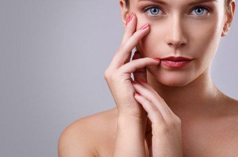 Fiatalító vagy akné elleni E-light kezelés teljes arcon