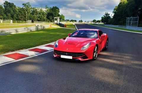 Szeld az aszfaltot egy Ferrari F12 sportkocsival!
