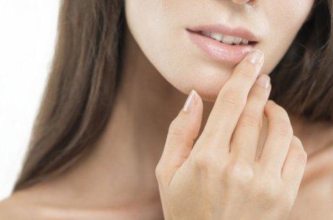 Feszes, telt ajkak hyaluronos szájfeltöltéssel