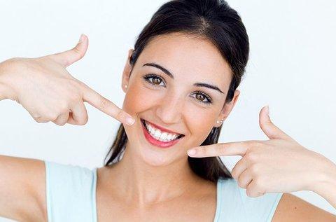 Tündöklő fogsor ultrahangos fogkő-eltávolítással
