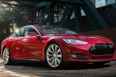 Tesla vezetés forgalomban, autopilot módban