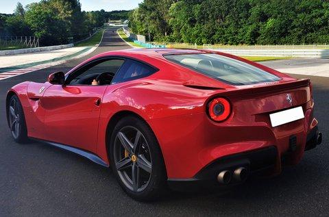 Ferrari F12 Berlinetta vezetés forgalomban