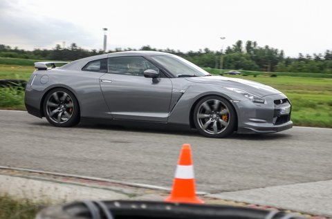 3 kör száguldás egy Nissan GT-R sportkupéval