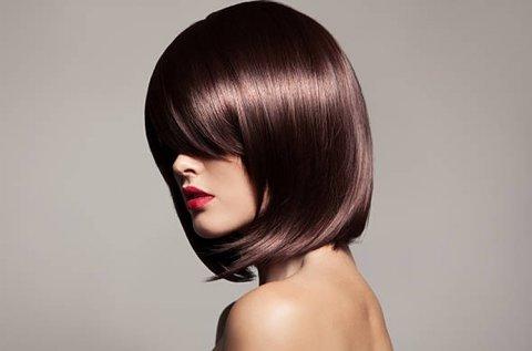 Trendi frizura vágással, fejmasszázzsal