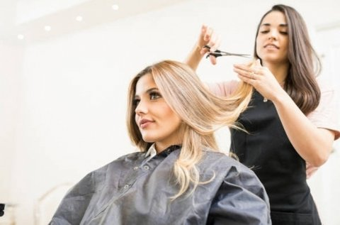 Trendi frizura profi hajvágással, szárítással