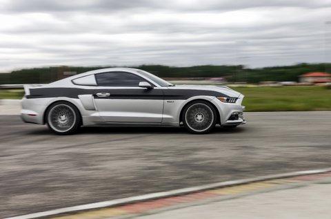 3 kör száguldás egy 500 lóerős Ford Mustanggal