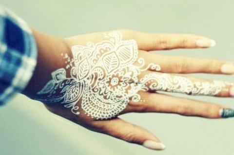 Hófehér henna tetoválás fantasztikus mintákkal