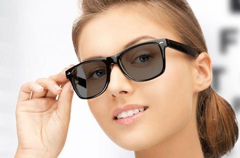 Szemüveg fényre sötétedő lencsével