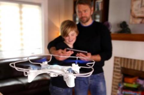Nagyméretű drón távirányítóval