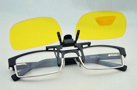 Szemüvegre csíptethető éjjellátó lencse vezetéshez