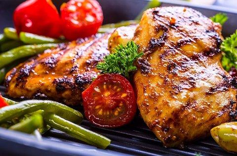 Skanzentál friss jércéből, grillezett csirkecombbal