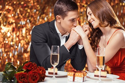 Romantikus vacsora rózsával, pezsgővel