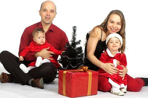 Stúdiófotózás karácsonyi dekorációs kellékekkel