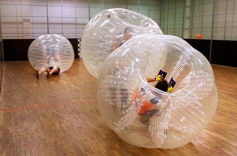 Szórakoztató buborékfoci fedett pályán