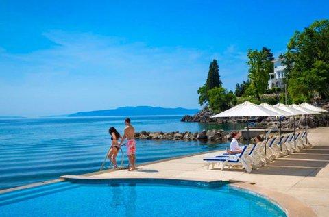 Feltöltődés a horvát tengerparton, Opatijában