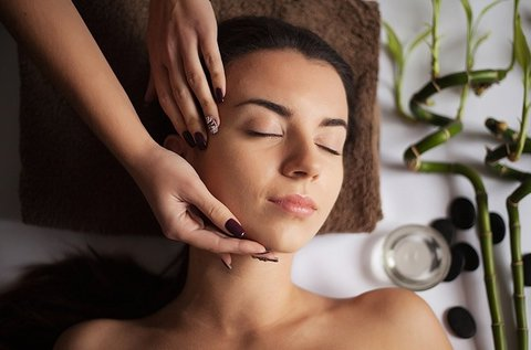 Frissítő arc- és kézfej kezelés masszázzsal