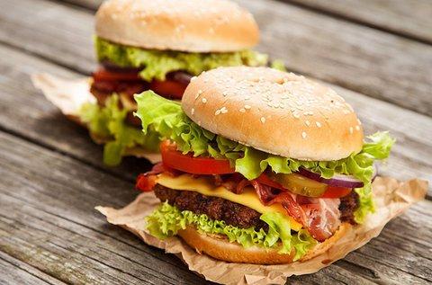 Kézműves hamburger házi sörrel vagy üdítővel