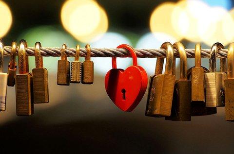 Nevetekkel díszített, szív alakú szerelemlakat