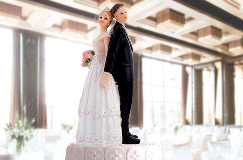 Menyasszony és vőlegény esküvői tortadísz