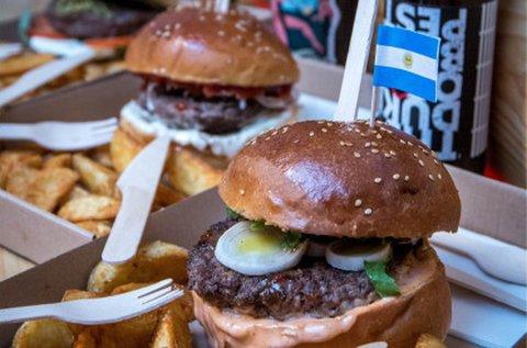 Klasszikus, retro burger hússal, salátával, sajttal