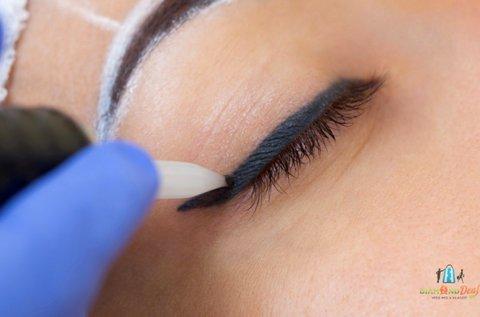 Felső szemhéjkontúr tetoválás készítése