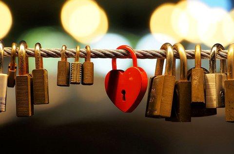 Szív alakú szerelemlakat nevetekkel díszítve
