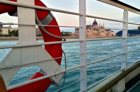 Sétahajózás a Dunán üdvözlő itallal