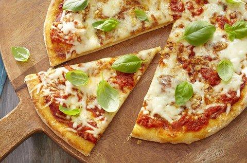 Gluténmentes egész pizza üdítővel